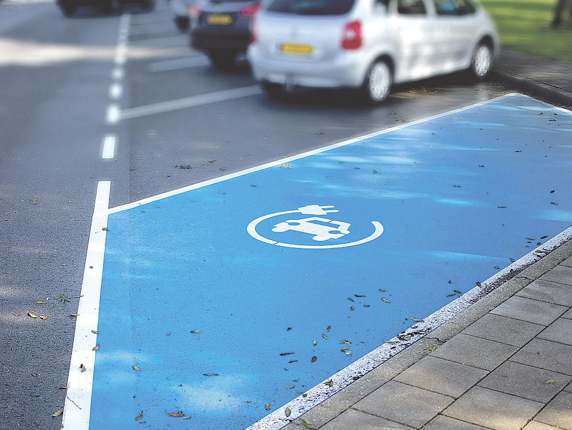 Parkplatz für ein E-Fahrzeug. Thema: Mobilitätslösungen