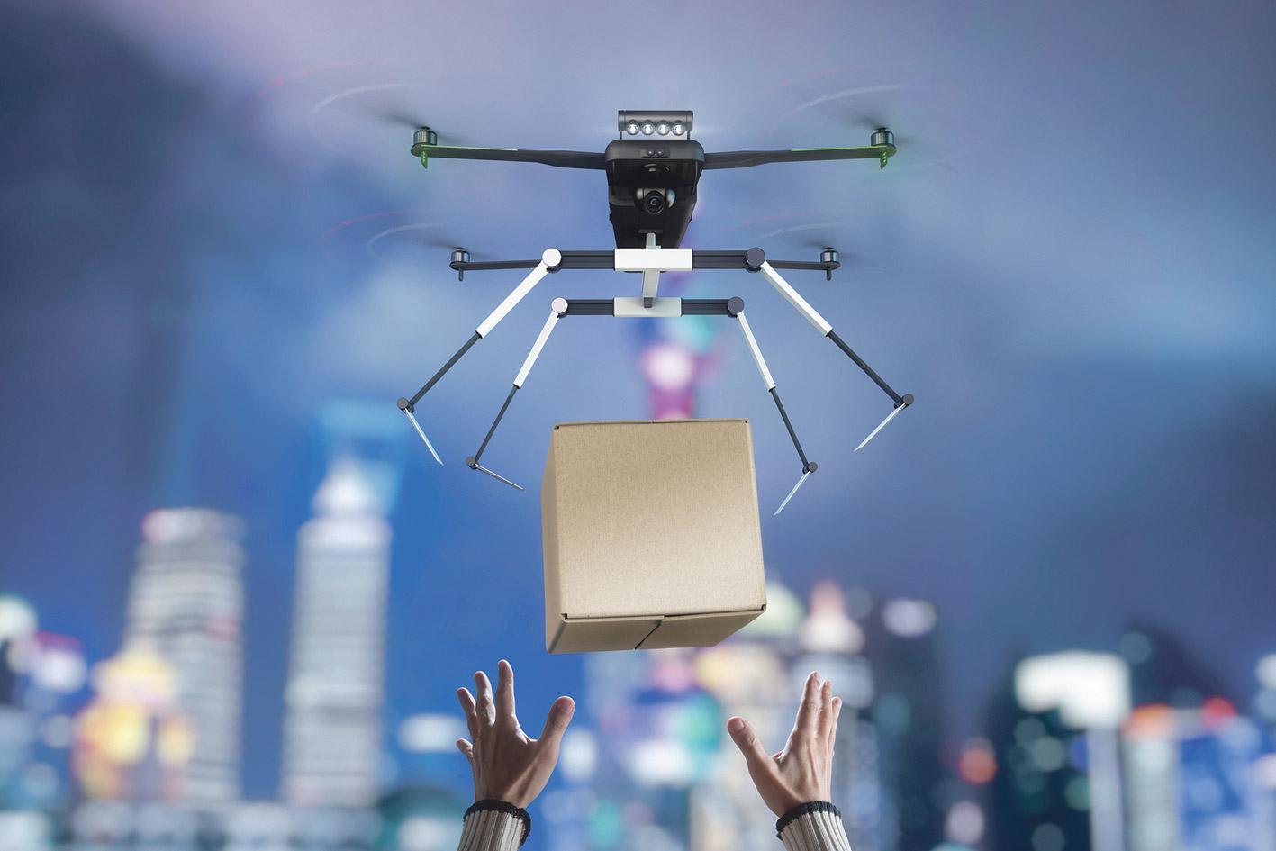 Eine Drohne liefert ein Paket ab.