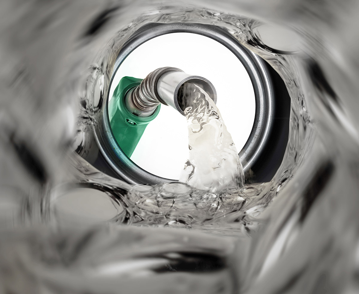 Kraftstoff wird in Tankbehälter gefüllt. Innenaufnahme des Behälters.