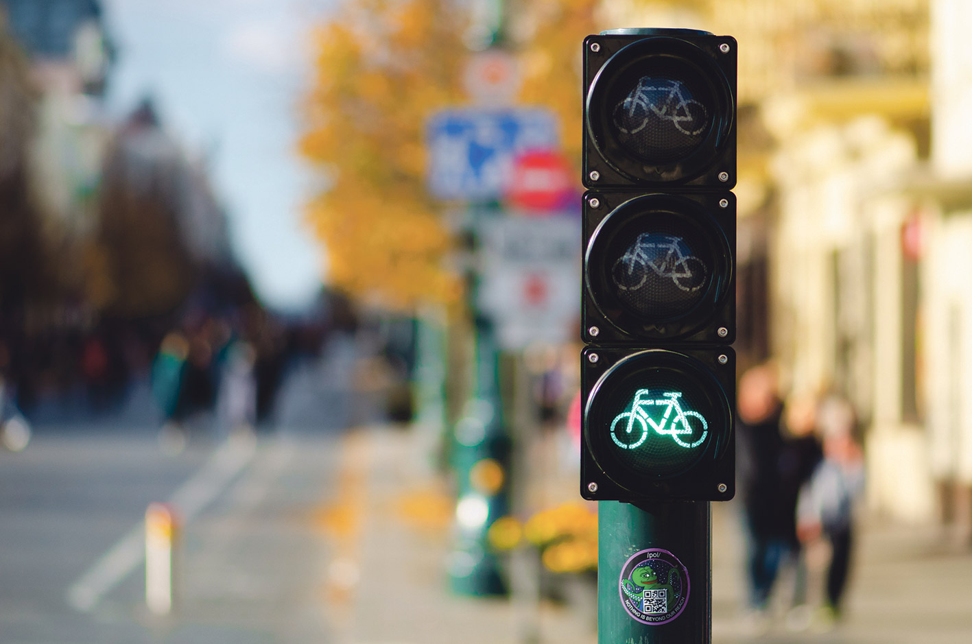 Eine Radfahrampel zeigt grünes Licht.