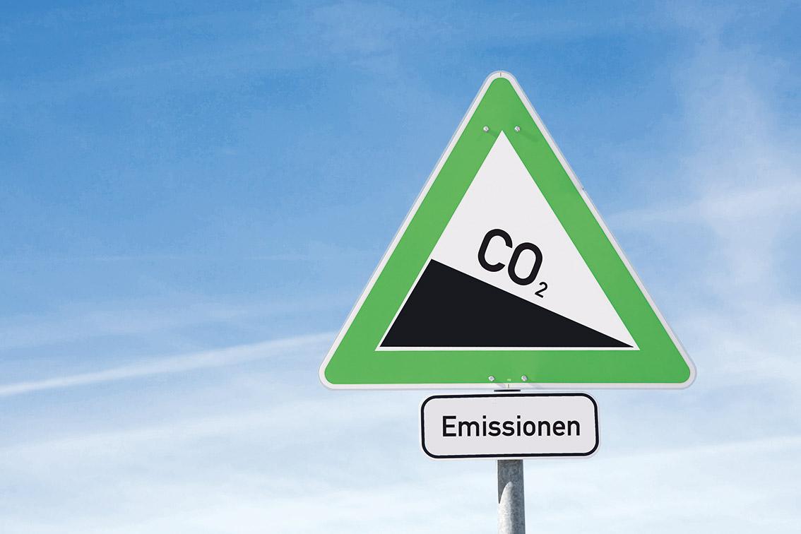 Verkehrsschild mit CO2-Emissionen