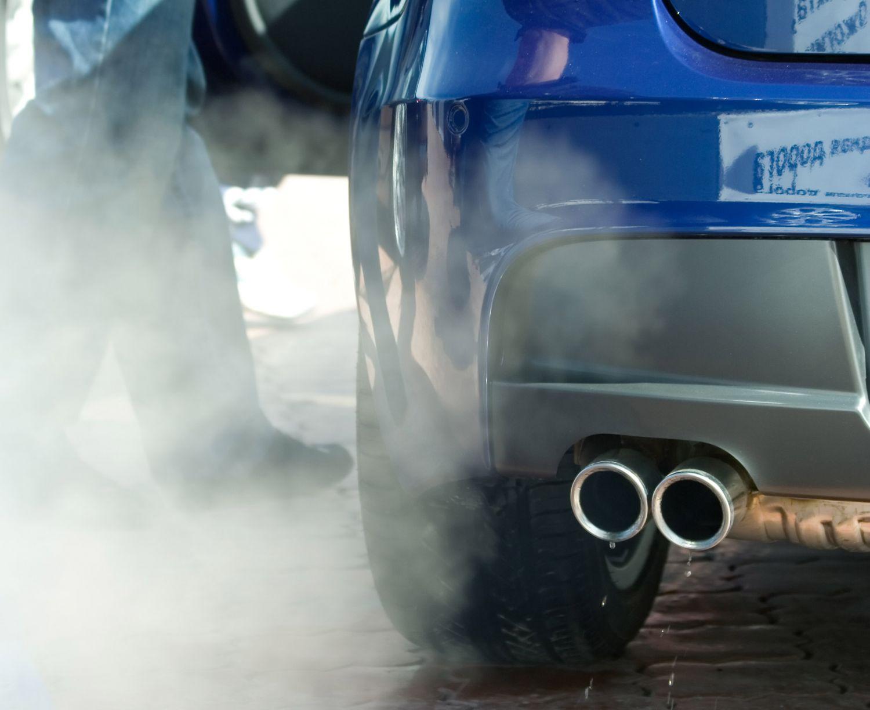 Detailaufnahme: Auspuff vom Auto. Thema: Alternative Kraftstoffe