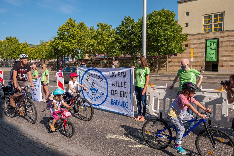 Radfahrer und Aktivisten auf einem Radweg in Stuttgart
