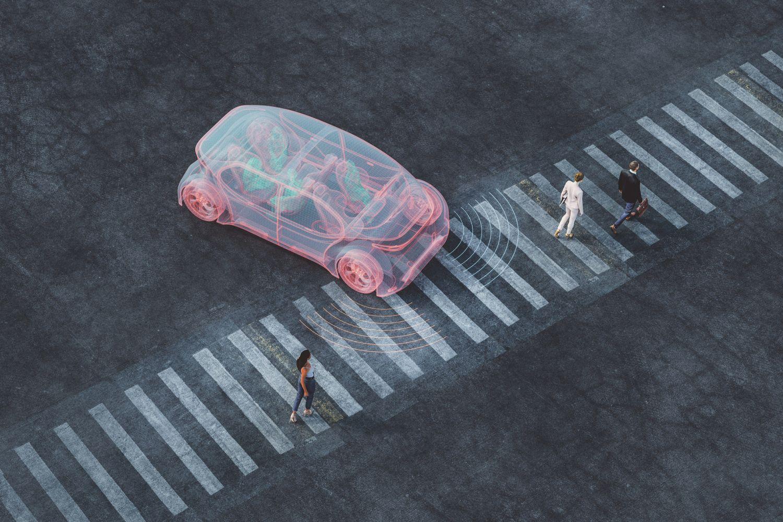 Autonom fahrendes Auto hält vor einem Fußgängerüberweg