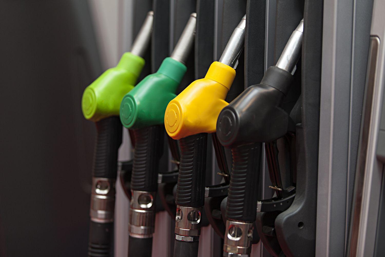 PKW-Antriebsarten: verschiedene Zapfsäulen an Tankstelle