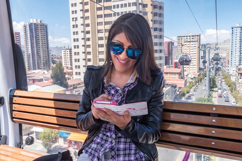 Frau in einer Kabinenseilbahn in La Paz (Bolivien).
