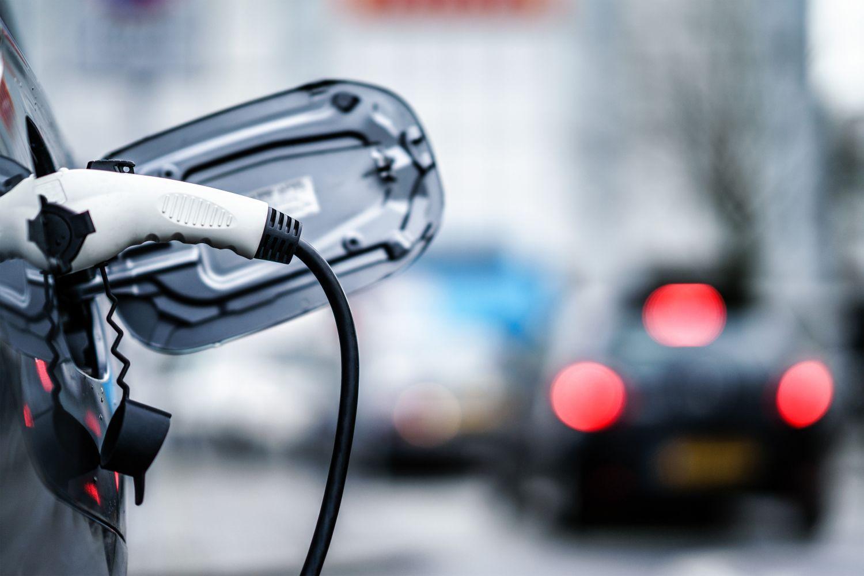 Elektro-Auto an einer Ladestation angeschlossen, Thema: Vehicle-to-Grid