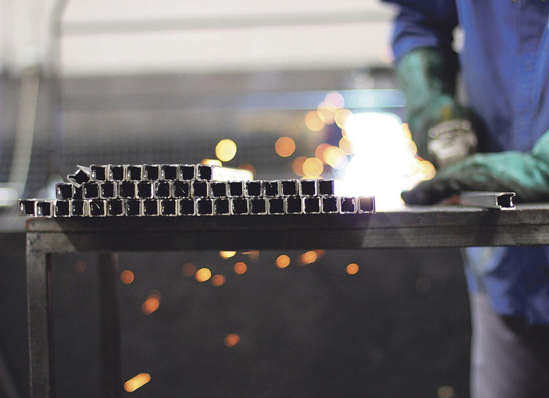 Metallverarbeitung in der Werkstatt. Thema: Leichtbauweise