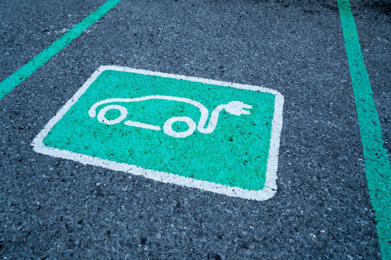 Parkplatzbeschriftung für Elektrofahrzeug. Thema: Fuhrparkmanagement