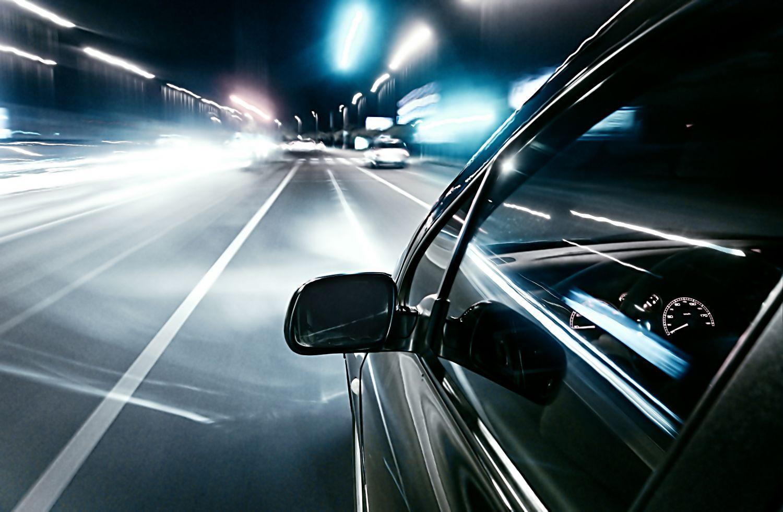 Aufnahme nah am Auto während der Fahrt. Thema: Connected Car
