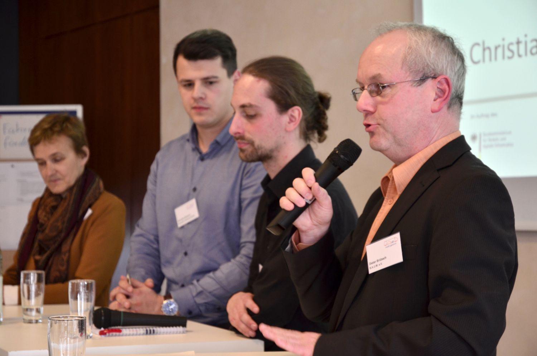 Dieter Brübach (r.) moderiert eine Podiumsdiskussion zum betrieblichen Mobilitätsmanagement: (v.l.) Dr. Doris Sövegjarto, Christian Solomun und Julian Klaaßen. Foto: Rainer Kant/ B.A.U.M.