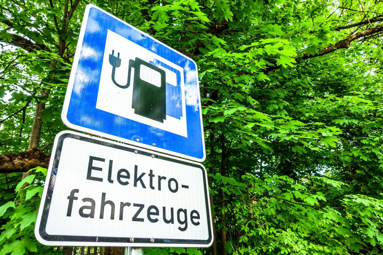 Verkehrsschild: Ladestation für Elektrofahrzeuge. Thema: Nachhaltige Mobilität